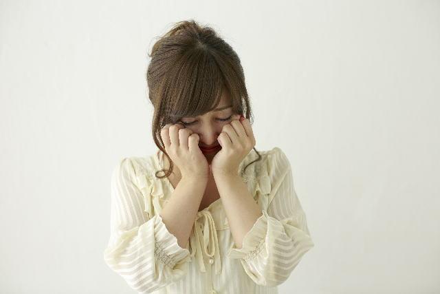 ペット殺処分で泣く女性